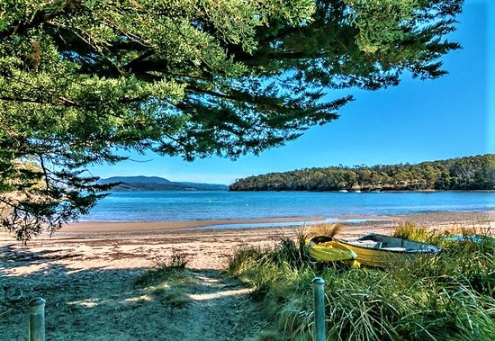 Eggs and Bacon Bay, Australia: Eggs & Bacon Bay Beach is safe & quiet, has pretty boats & facilities including public toilets & picnic table. Lots of wildlife to spot including Kookaburras, Superb Fairy Wrens & Pademelons (native Wallabies).
