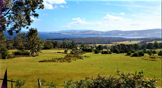 Eggs and Bacon Bay, Australia: There is a great lookout & photo opportunity point with picnic hut where you can see panoramic views over Eggs & Bacon Bay, Randalls Bay & to the Hartz Mountains - corner of Channel Hwy & Randalls Bay Rd