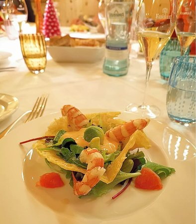 Nido di Parmigiano con insalata tiepida di Gamberoni, avocado e pompelmo
