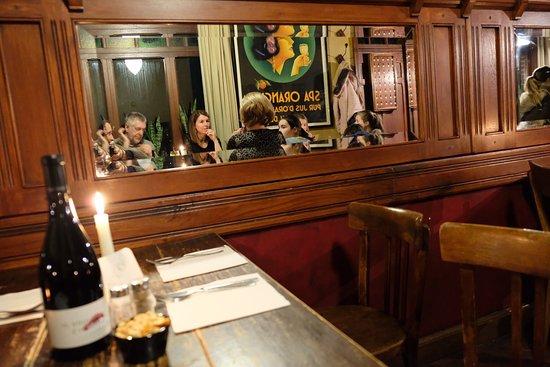 Dranouter, België: Zeer gezellige estaminet... donkerbruine café, kleine kaart en lekker, probeer zeker het potjesvlees met frietjes!