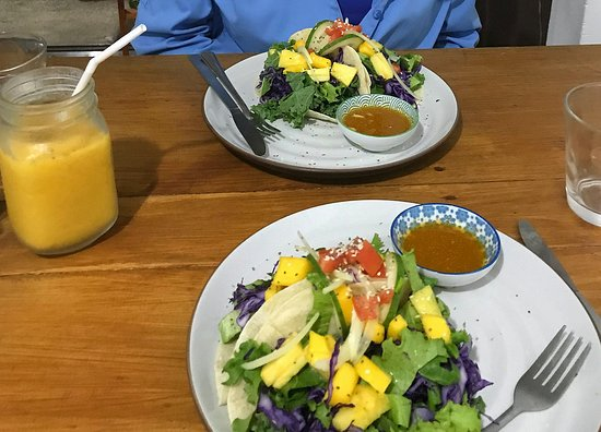 Respira by Jose Mario : Fish tacos with a passion fruit smoothie