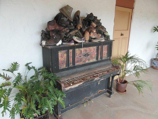 Pianoforte vecchio con scarpe vecchie al Glen Helen Resort