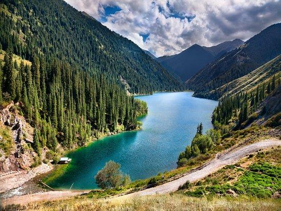 Kasakhstan: Кольсайские озёра (Кульсайские) — система из трёх озёр в северном Тянь-Шане, в ущелье Кольсай, в перемычке, соединяющей хребты Кунгей-Алатау и Заилийский Алатау. Озёра расположены на территории Райымбекского района Алматинской области Казахстана и находятся в 10 км к северу от границы с Киргизией, в 330 км юго-восточнее Алма-Аты на высоте порядка 1000 м, 2500 м, 2700 м над уровнем моря.  Озёра называют «жемчужиной Северного Тянь-Шаня». Окружены озёра хвойным лесом из Тянь-Шаньской ели.