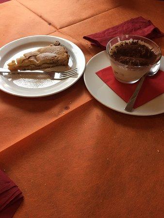 Armeno, Italia: Tiramisù e torta di mele
