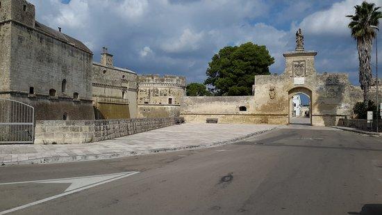 Acaia, Italie: Vista di parte delle mura e della porta d'ingresso