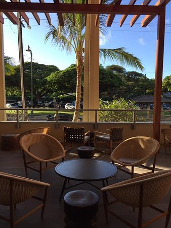 Queen Kapiolani Hotel: Coffee shop seating area out the front of hotel