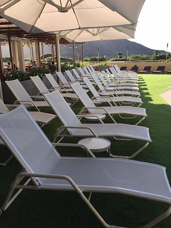 Queen Kapiolani Hotel: Seating by the pool