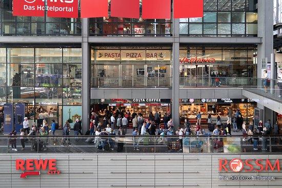 Station Food: Sie finden uns im Erdgeschoss des Berliner Hauptbahnhof, Ausgang Washingtonplatz / Spree