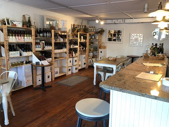 Peconic, État de New York : Superb wine list, when visiting the proprietors are always behind the bar, or their knowledgeable tasting room associate. Go here is you're a cork dork and are interested in learning about how your wines are made!