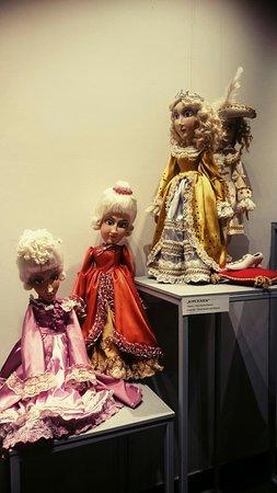 Bialystok, Poland: Wystawa lalek w foyer. Warto podkreślić, że w teatrze działa również Piwnica Lalek, w której za drobną opłatą obejrzymy lalki z BTL-u.