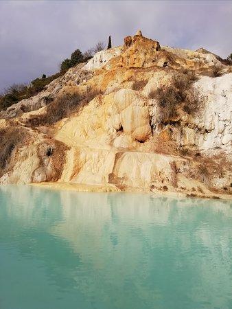 Terme Bagno Vignoni : 下を降りれば、美しい薄い青のお湯がある。