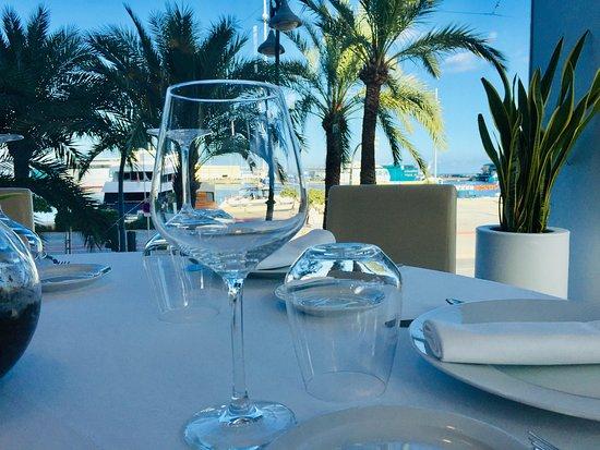 Очень уютный ресторан на берегу с очень красивым видом и изумительной едой!