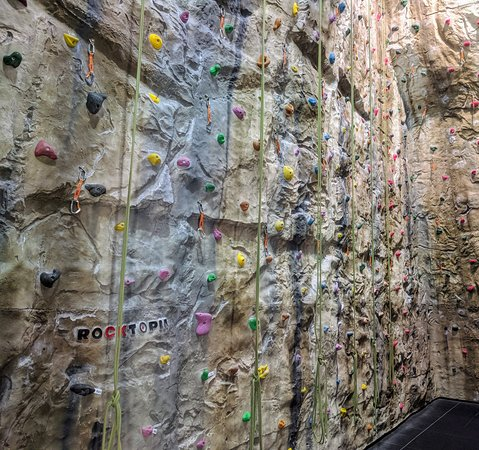 Ambleside, UK: Some of the top rope lines in the main wall.