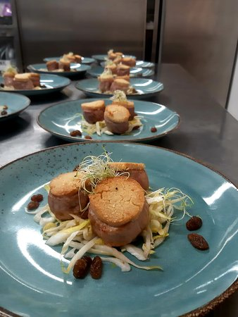 San Giovanni del Pantano, إيطاليا: Nocetta di maialino in crosta di mandorle, indivia e uvetta Chef Alceo Morini