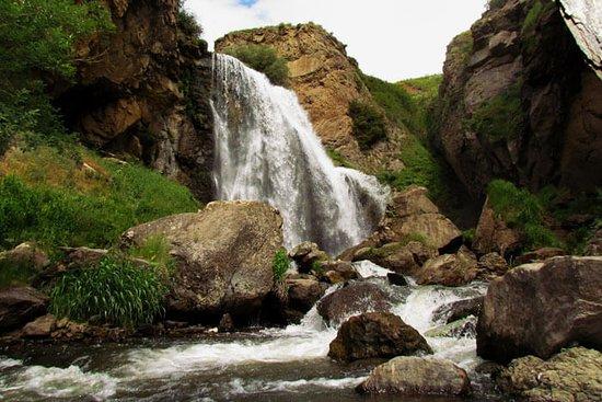 Shirak Province, Armenia: Водопад Трчкан одно из самых популярных достопримечательных мест в Армении, Это самый высокий и одновременно многоводный водопад на территории страны, поэтому его иногда называют символично «армянской Ниагарой».В реке Чичхан есть много форели, и когда местные жители увидели, как рыба, плывущая против течения во время нереста, выпрыгивает над водопадом, назвали его Трчканом, что переводится с армянского как «прыгающий». Достопримечательность включена в Список объектов всемирного наследия ЮНЕСКО.