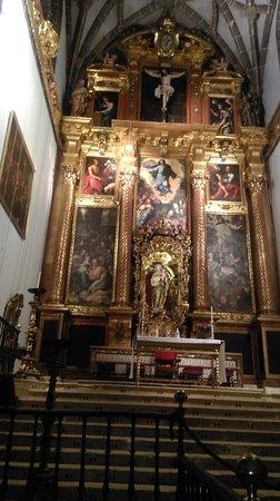 El altar mayor es impresionante, por cuadros y pinturas, el cristo crucificado que está en la parte superior del altar, mide 4.5 metros de altura, es impresionante.