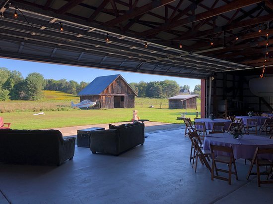 High Falls, État de New York : Our view inside of the airplane hangar looking out into the fields for the Sunday brunch
