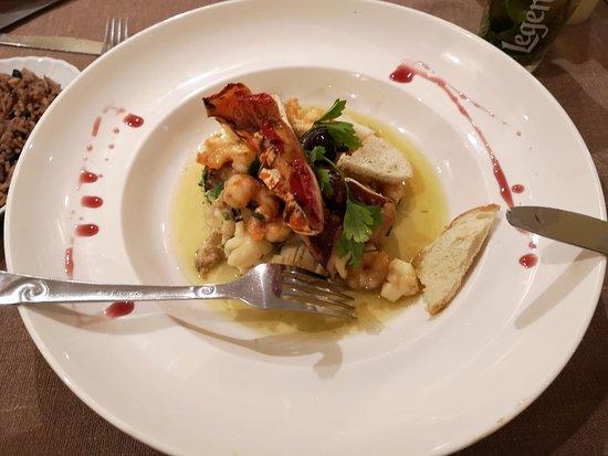 блюдо с морепродуктами ,очень вкусно и много . Сфотографировала уже когда почти все сьела)))На фото не видно -но там такая стопка из из рыбы,ракушек,лобстера.