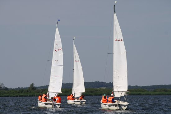 Malchin, Đức: Segeln mit den Flying Cruisern der Segelbasis auf dem Kummerower See