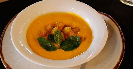 Crema de zanahoria coco y jengibre con toque de menta fresca