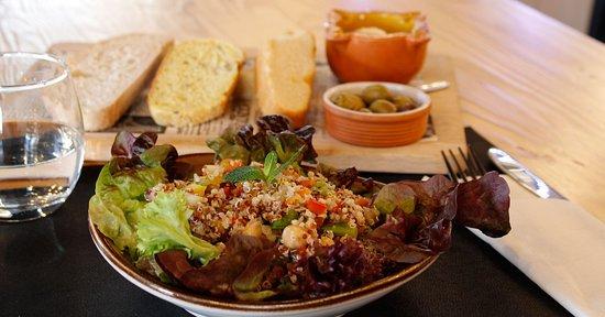 Ensalada de quinoa, verduritas, mozarella y vinagreta de naranja