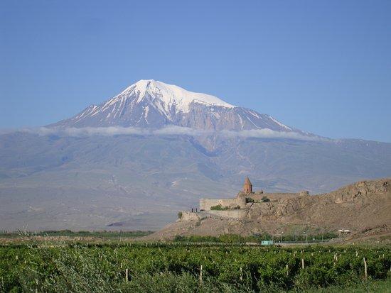 Armenien: Il Monte Ararat, che è in Turchia e sul quale si dice si sia posata l'Arca di Noè, visto da una località dell'Armenia nei pressi del confine con il suddetto stato.