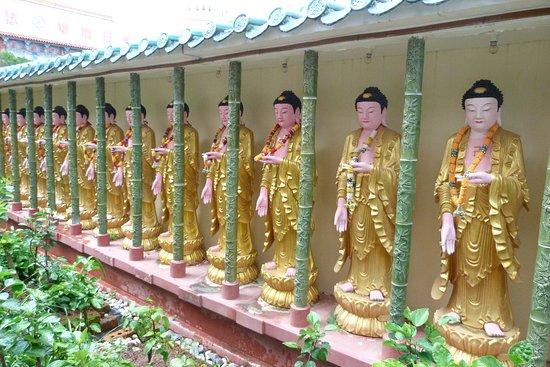 Air Itam, Malaysia: Fila di statue