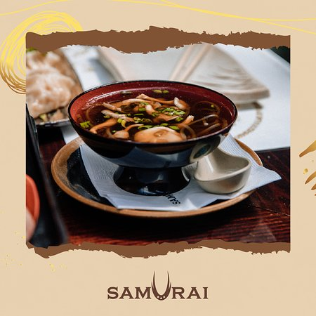 Dentro de nuestro Bento Box tenemos la sopa Osuimono con un caldo ligero, ideal para crear una experiencia extrasensorial y reconfortante.