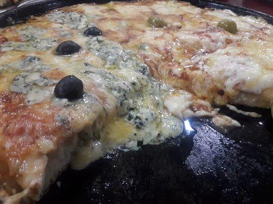 Las Mejores pizzas del mundo voy desde hace 55 años es super familiar y llena de recuerdo buena ubicación un lugar para volver siempre