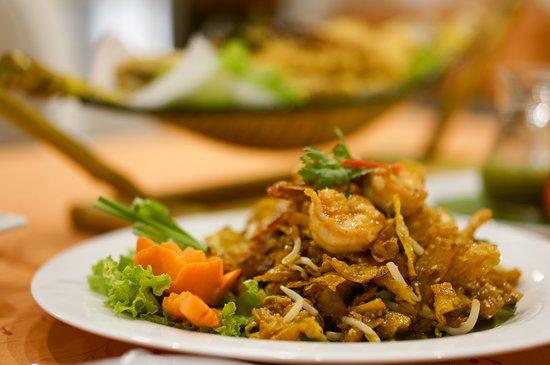 ผัดไทยเกี๊ยวกรอบ  ผัดไทยที่นี่จะผัดกับซอสมะขามค่ะ รสชาติหวานกำลังดี กลมกล่อมค่ะ