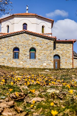 Mavranaioi, Grecia: Yellow path to the chapel  
