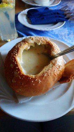 Hatarmenti Vigado: zupa czosnkowa w chlebie