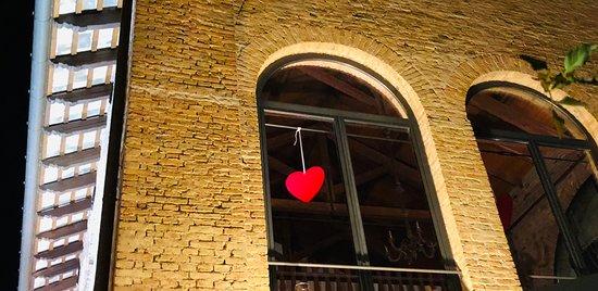 Rivignano, İtalya: Al primo piano un elegante salone con ampie vetrate e archi in sassi e in mattoni ospita cene romantiche e suggestive
