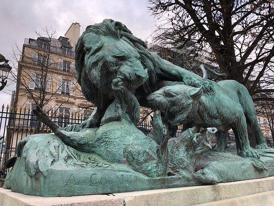 """Statue """"Lion et Lionne se Disputant un Sanglier"""""""