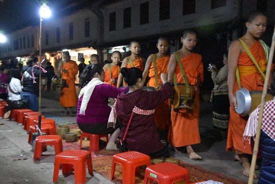 Elke ochtend vroeg komen de monniken om voedsel bedelen