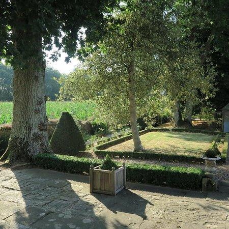 Pleslin-Trigavou, Pháp: terrasse sud sur le jardin à la française
