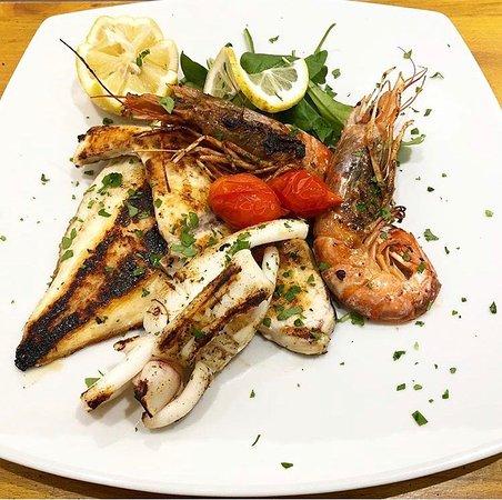 Grigliata mista: gamberoni, calamaro, orata e pesce spada