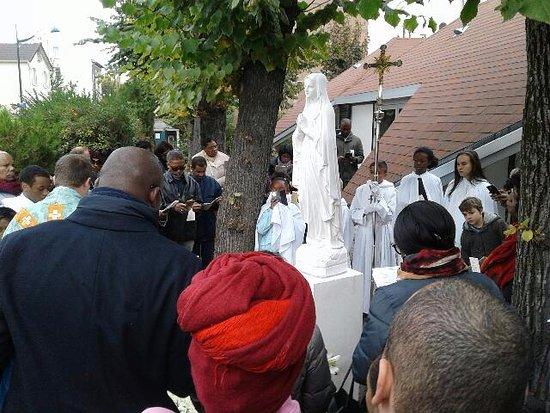 Eglise Notre-Dame de Lourdes: statue de Marie à l'angle de la rue du chevalier de la Barre