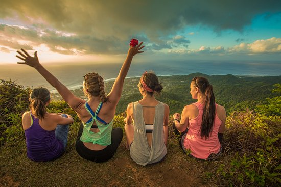 Isole Cook: Chasing sunset's at its finest. Hike up one of Rarotonga's most iconic mountain's Raemaru.  Raemaru trek is also the only trek to have QR codes. This mountain trek is located on the western side of Rarotonga.