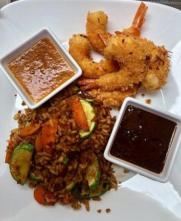 Anden Cinco 35: Camarones capeados con panko con salsas agridulces y arroz frito con vegetales al wok.