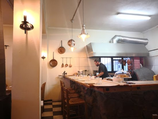 Pella Region, Greece: Η κουζίνα /ψησταριά του μεζεδοπωλείου