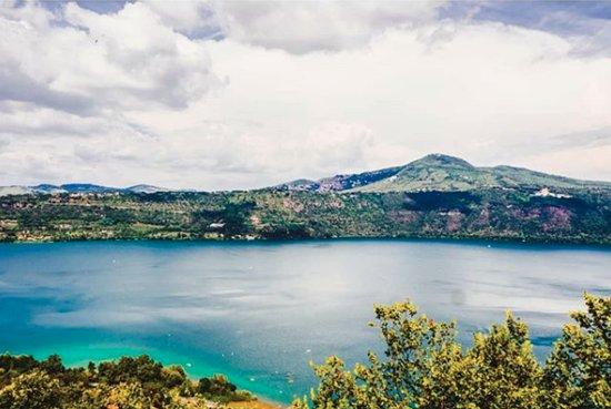 Castelli Romani, Italy: Splendida veduta del lago di albano.
