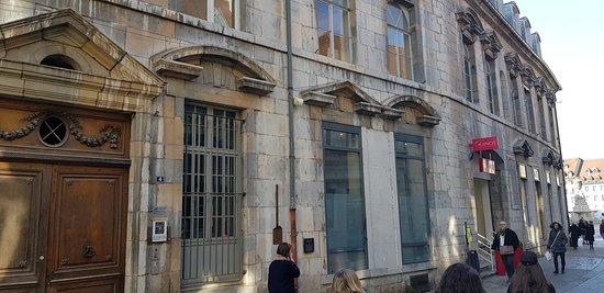 L'hôtel du Bouteiller, et le cintrage complet du bâtiment, version concave, avant la place de la révolution (anciennement place du Marché)