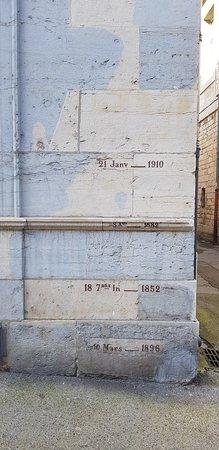 Les gravures des marquages des grandes crues des 2 siècles passés, sur un des piliers de façade de l'Hôtel Chifflet.