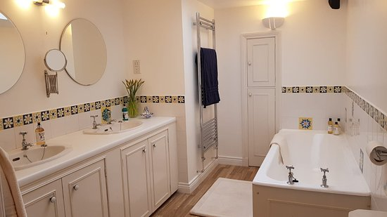 Jura King bathroom with bath, shower and bidet