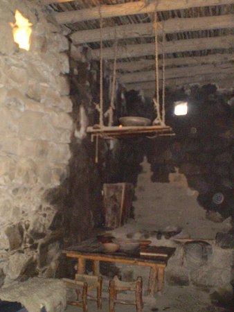 Ancient Katzrin Village and Synagogue: interior de una vivienda reconstruida y equipada