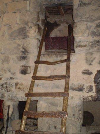 Ancient Katzrin Village and Synagogue: subida al segundo piso donde se encuentran las camas