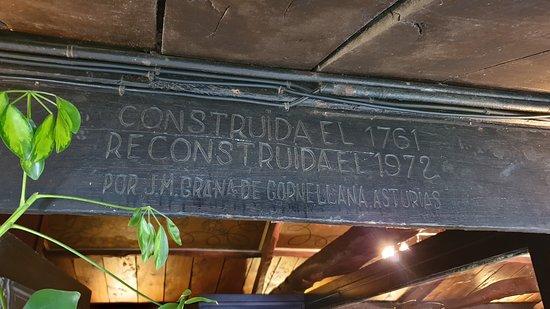 Detalle en la puerta de acceso a Querida Margarita en Puente Arce