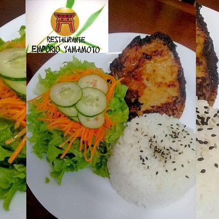 Bisteca acompanhado com arroz branco e salada brasileira.