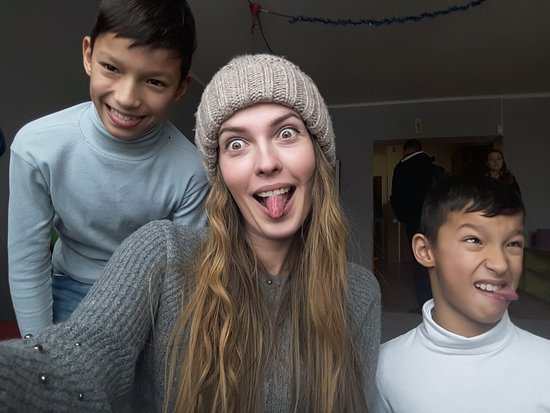 Lvov, Ukraina: Our guide Violet goofing around with the children of the orphanage in Lviv